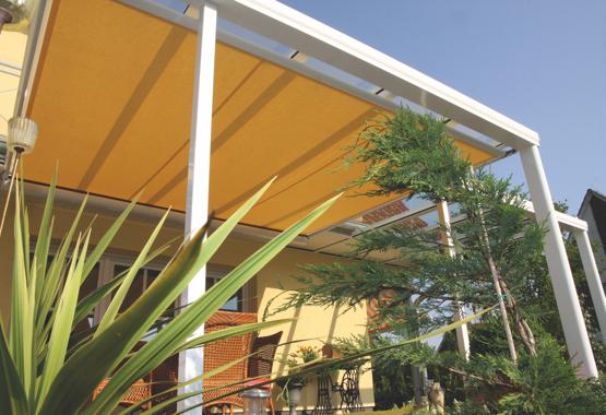 Terrassenüberdachung mit gelber Markise | HolzLand Stoellger in Langenhagen