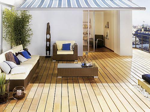 Terrasse aus spektakulären Holzdielen mit Gartenmöbeln und Markise | HolzLand Stoellger in Langenhagen